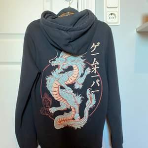 Asball hoodie med en drake på ryggen i unisex modell. Köpte den då den är så snygg men har aldrig kommit till användning hos mig då det inte riktigt är min stil därför säljer jag den. jag säljer den för 150kr!! 💓💫 köparen står för frakt