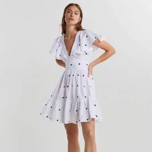 Superfin klänning från Gina som köptes förra året men har inte kommit till användning så därför säljer jag den. Den är använd 3 gånger så det är som nyskick!