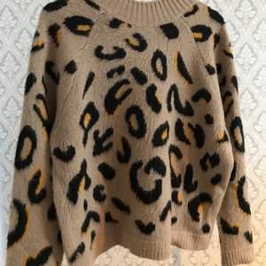En tjock tröja i leopard imitation. Köpt på new yorker och är i bra skick. (Ljuset skifta mellan bilderna men den riktiga färgen på tröjan är bild 1).   Köparen står för frakten✨✨60+frakt
