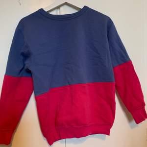 Cool sweatshirt köpt på beyond retro, använd flitigt men är i okej skick. Storlek M men den är väldigt liten i storleken så skulle mer säga XS eller S.