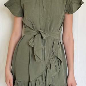 Mörkgrön klänning från NA-KD (xAFJ). Passar S och xs. I väldigt bra skick.