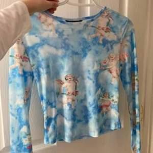 Säljer den blåa ängel tröja som inte kom till användning. Materialet är super stretchy. Jag skulle jag säga att den är från ett stort S till L storlek. Möts upp i Malmö eller fraktas.
