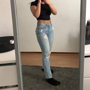 Ett par super balla jeans köpta för 3 år sedan men knappt använts. Sitter super snyggt i rumpan & är raka i modellen, I bra skick & passar perfekt nu inför vår/sommar🌟 bara att skriva privat om fler bilder önskas. 💋