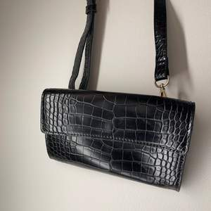 Väska från mango som både kan användas som magväska eller axelbandsväska. Man får plats med de allra viktigaste i den och den är indelad i två fack.