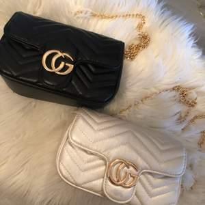 🌸A-kopia Gucci väska köpt utomlands. Den vita har en defekt (fläck under GG) och säljs för 150kr. Aldrig använda Nypris 400kr🌸