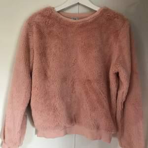 Rosa fluffig tröja från Pimkie. Står ingen storlek men passar nog XS, S och M. Har själv S/M och passar bra. Jättemysig tröja i en fin färg. Frakten ingår i priset.