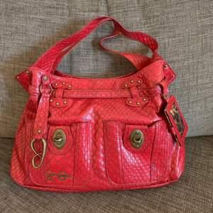 Jessica Simpson röd väska Fint skick. Endast avhämtning i Norra Djurgårdsstaden eller post vid fraktbetalning