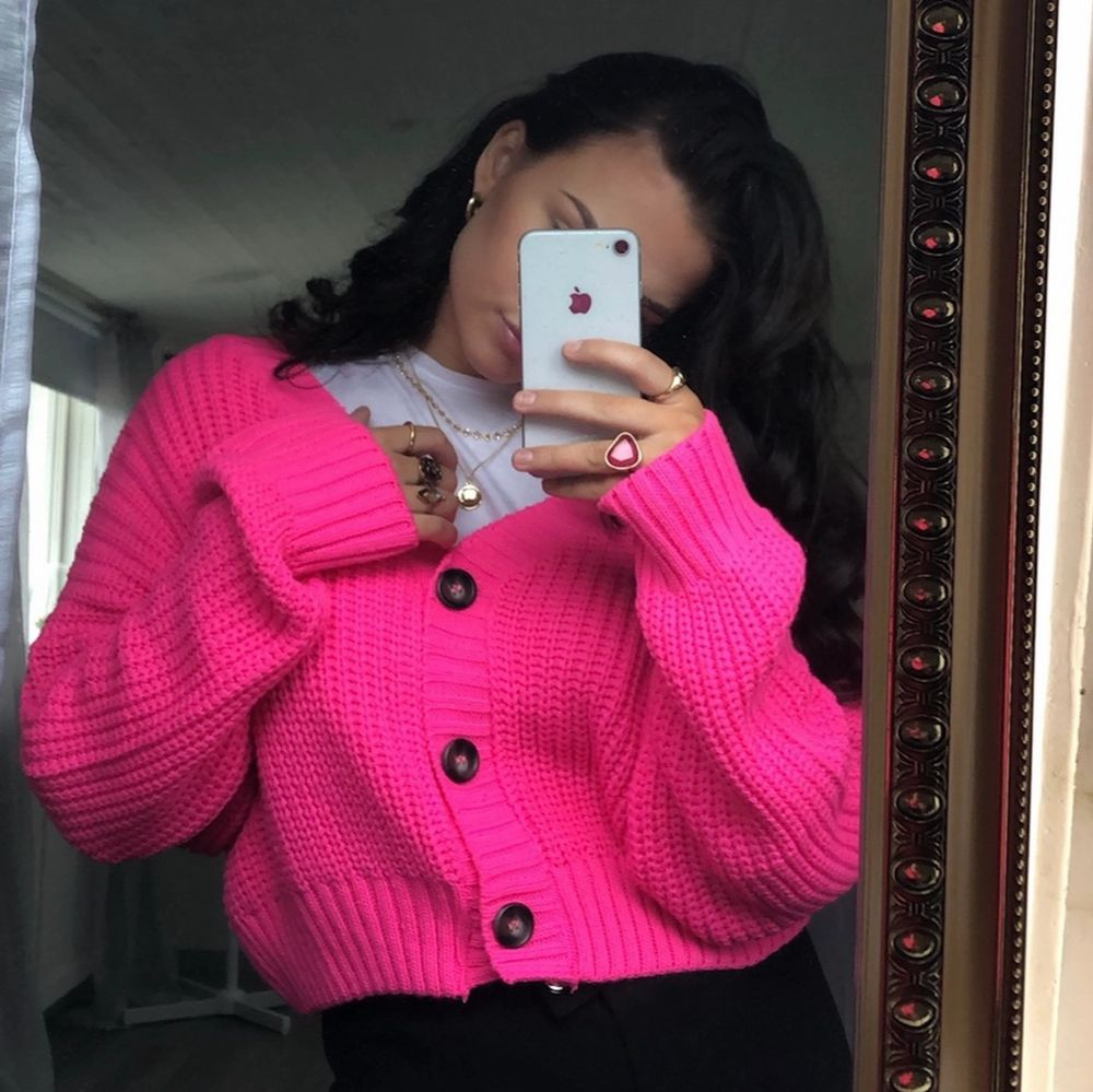 Super fin rosa kofta✨💗 Väldigt bra passform på denna!! Köparen står för frakten 📦 . Stickat.