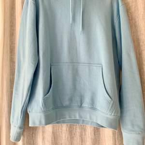 En babyblå hoodie från PrettyLittleThing i strl. M men sitter mer som en strl. S. Använd ett fåtal gånger. Frakt tillkommer❣️