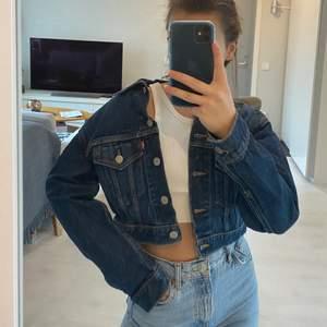 Croppad oversized jeansjacka som går att ha på massor av olika sätt, riktigt snygg till vår och sommar men en croppad topp, passar XS-S, frakt tillkommer💖
