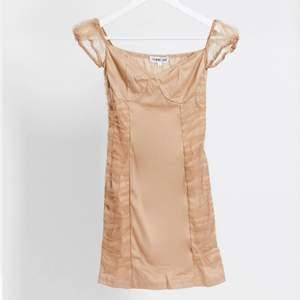 Jättefin guldig/champagnefärgad miniklänning!❣️aldrig använd med lappar kvar då den inte passade mig🥰 köpt för 480kr, skriv för fler bilder!
