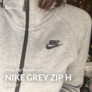 """Helt ny super fräsch Nike huddie som jag fått i födelsedagspresent men som jag inte tycker passar min """"stil"""" riktigt och säljer för att den nog gör mer nytta hos någon annan🌟Köpt för över tusenlappen på Nike store och sedan dess har den bara hängt i garderoben. Om du är Intresserad är det bara att fråga, fler bilder passform m.m. Den är i storlek M vilket ger en fin lite overzized stil samtidigt som den sitter fint intill kroppen. Passar både killar och tjejer och finns att mötas upp i Stockholm och att fraktas. Kommer ifrån ett rök och djurfritt hem:)"""