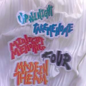 Sticker pack!   Ett paket som innehåller 5 st klistermärken men namnen på One Directions alla album💫Storleken på klistermärkena är ca 6•4 cm. De kostar 20kr + 12kr frakt💘 köparen står alltid för frakt, och jag möts ej upp! Postbevis får man alltid när när man köper. Om ni har några frågor så hör av er. obs ni kan också köpa ifrån de olika annonserna ifall ni är intresserade av fler!   Du kan även designa egna klistermärken ifall du har några bilder, eller motiv som du är intresserad av!! Det är bara att slänga iväg ett meddelande så kan vi lösa det:)