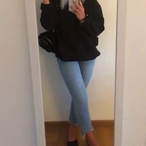 Säljer dessa snygga jeans från Zara med slitningar längst ner. Fint skick. Storlek 38. Nypris 500kr, säljer de för 150kr+ frakt. Perfekta till sommaren! ☀️