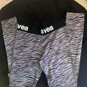 Zebra aktiga träningstights från SVEA, dom kommer aldrig till användning!! Säljer dom för 30kr och frakten kan diskuteras. Xs men passar även S-M eftersom att dom är rätt stretchiga