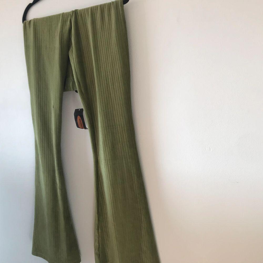 Oanvända gröna byxor, prislapp kvar. Jeans & Byxor.