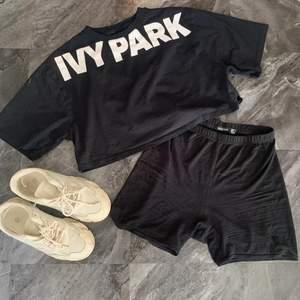 Croppad t-shirt med längre ärmar, från Beyoncés egna märke Ivy park, en utav de första kollektionerna som släpptes. Sjukt skönt och går att klä upp lika väl som mysa i🥰