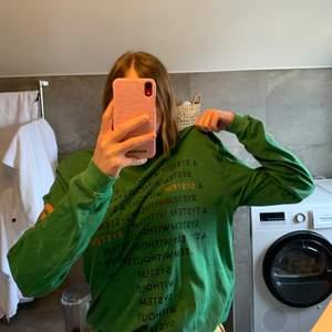 "A system without a system! Cool oversized tröja från VAILENT. Storlek M, generös i storlek! Står ""a system without a system"" på ryggen och magen, och på ärmarna. Aldrig använd! ❤️"