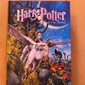 Säljer min gammla Harry Potter bok som är på svenska. Boken är i hyfsat bra skick. Den har en liten skrapa och baksidan är lite fadead på det silvriga. Köparen står för frakten. Pris kan diskuteras!💓