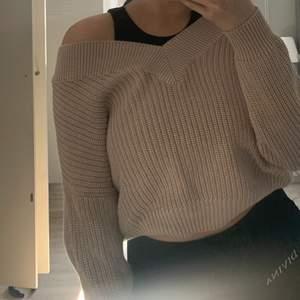 En asfin beige stickad tröja från NAKD, köpt för 399:- säljer för 150:-. Använd ett fåtal gånger, men som ny. Passar dig som har XS-S. Fri frakt.