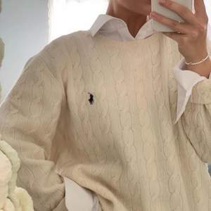 Intressekoll på min mjölkvita kabelstickade tröja från Ralph lauren. Tröjan är i storlek L (barnstorlek) och passar 14-16 år,  passar mig som har storlek S.  Bild 1 och 3 är lånade!🤍