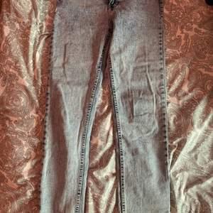 Ett par fina jeans men dock för små för mig sitter tajt vi rumpan så kan inte knäppa dom 🥰 kan mötas upp och även ksk frakta