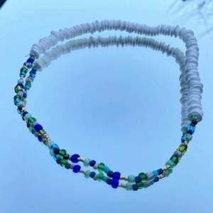 Egengjort halsband med elastiskt band, perfekt till sommaren! ☀️                                                              Det går att få i annan färg om önskas! 😋🥰
