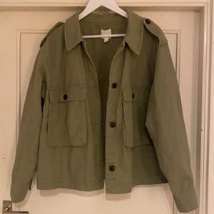 Säljer min jacka från H&M i storlek L (passar en M), köptes förra året men har inte kommit till så mycket användning!!