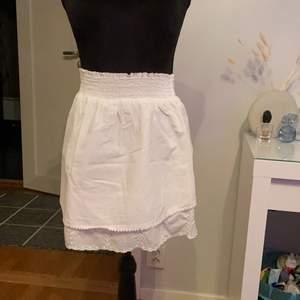 Jätte fin volang kjol från hm i storlek M. Den har resår i midjan och jätte fina broderade volanger på nederdelen. Använd ett fåtal gånger förra sommaren!💕