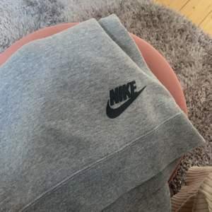 En Nike sweatshirt!! Supersnygg, säljer då den är aningen liten för mig! Nypris 500, säljer för 200, köparen står för frakt!