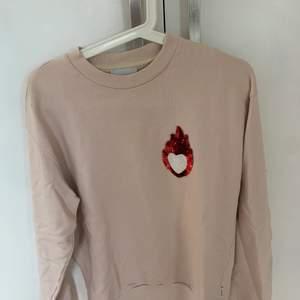 En gammalrosa tröja från Dondup som aldrig är använd. Köpt för 1000kr säljer för 400 där frakt ingår