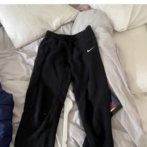 Nike mjukisbyxor som sitter som xs