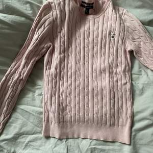 Rosa tröja från gant storlek s men passar även xs. Använd men i fint skick! ☺️ köpt för 1.200kr men säljer för 400. Priset går att diskuteras vid snabb och seriös affär🎀