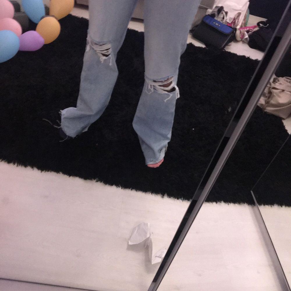 Ljusblåa vida jeans med slitage från zara i strl 38, prislapp är kvar då dem är för långa för mig som är ca 167cm. Jeans & Byxor.