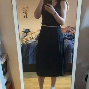 Köpte denna kjol för ett drygt år sedan, knappt använd då den är lite för stor i midjan. Som man ser bäst på tredje bilden så är den plicerad. Skulle säga att kjolen är en liten M eller S. Köpt på MQ men märket är three sixty five. Priset går att diskuteras. Kunden betalar frakten.