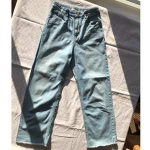 Väldigt fina Lindex byxor som är vida! Väldigt vårig fin ljusblå färg på jeansen, dock så har det kommit en  rosa liten fläck som man kan se på bild 3. Checka gärna in mina andra försäljningar! Frågor? Bilder? Skicka så fixar jag!