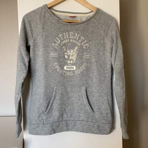 Grå sweatshirt med coolt tryck från Puma. Storlek M! 💕
