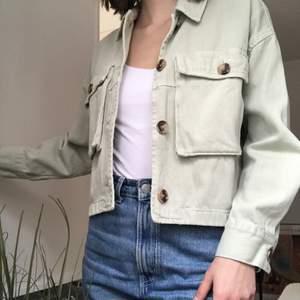 En mintgrön, kort jeansjacka från Zara! Använd ett fåtal gånger så den är i jättebra skick 🥰