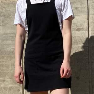En svart längselklänning med fickor framtill från Bikbok i storlek S. Använd men i gott skick! Kan mötas upp i Stockholm eller skicka mot extra kostnad. Kolla in annat jag säljer!