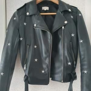 Säljer min skinnjacka med stjärnor på. Köpt här på plick men skulle velat ha den lite större därav jag säljer den. Mycket fint skick. Köp direkt för 700