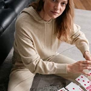 Säljer min wool Knit hoodie från & other stories! I storleken S men passar också xS! Nypris: 990kr