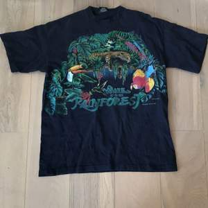 Cool T-shirt med tryck på både fram och baksida. Schysst skick! Storlek XL✨