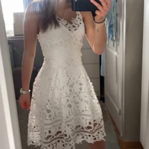 Jättefin klänning som tyvärr är lite stor på mig så säljer den till någon annan, bara kommit till användning en gång så den är i nyskick, passar många storlekar då den knyts där bak så man kan bestämma hur stor den ska vara själv💕