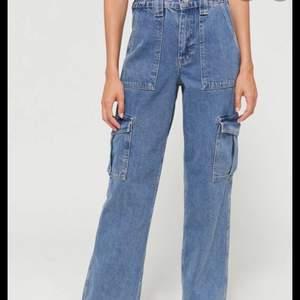 Säljer dessa jättefina skate jeans från Urban outfitters eftersom dom inte kommer till användning, skulle passa om du är 165-175. Kom priv för fler bilder🥰