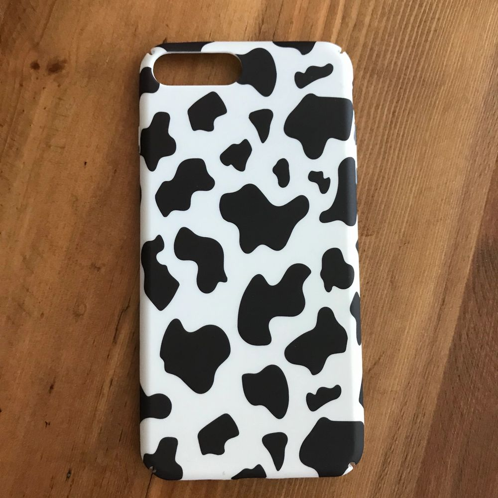 **NOTE: I AM SELLING TWO KO MOBILSKAL— THIS ONE IS BRAND NEW AND A DIFFERENT PATTERN** Brand new condition, new in original packaging, never used MOO PRINT COW CASE from Shein for IPHONE 7/8 PLUS. Hard shell case. I have way too many cow phone cases so I'm selling. Several cow cases. Brand new item. New in package. Happy to bundle. Will gladly take more pics and measurements. Smoke and pet free storage space. No other flaws to note. . Accessoarer.
