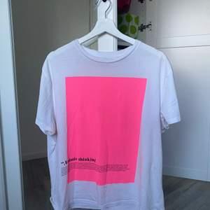 Världens snyggaste tröjan från pull&bear. Har en neon-rosa ruta på mitten av plagget & en svart text i det högra nedre hörnet 💓 Tröjan är i storlek M & sitter lite oversized! Använd 1 gång alltså som ny! ☺️