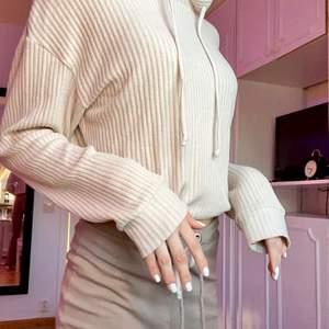 Beige huvtröja från Gina i ribbat och väldigt mjukt materiel😁 Finns även snören längta ner för att dra åt i midjan:)✨