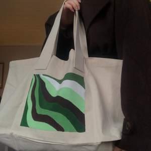 Säljer den här egenmålade tygväskan! Frakten är inkl i priset🌵🤎(just den här väskan är såld men det kommer snart att finnas fler tillgängliga)