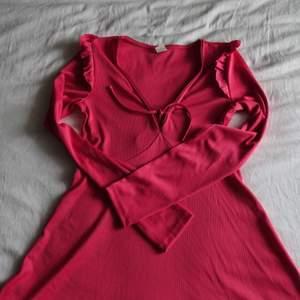 Jättefin klänning i den populära färgen cerise. Långärmad med så så gulliga y2k detaljer. Väldigt stretchigt ribbat tyg så passar S och M och den är bekväm. 200 kr inklusive spårbar frakt eller 150 kr och mötas upp. Nyskick!💕🧚♀️✨