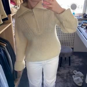 Så najs stickad tröja från HM. Så fint stickad och så fin färg. Använt ett fåtal gånger så inga difekter. Ordinarie pris är 700 kr